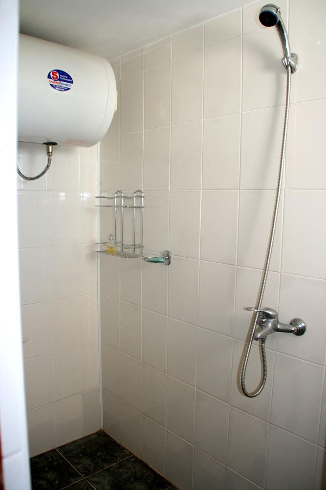 Kleine badkamer met douche op zijn bulgaars - Foto kleine badkamer ...